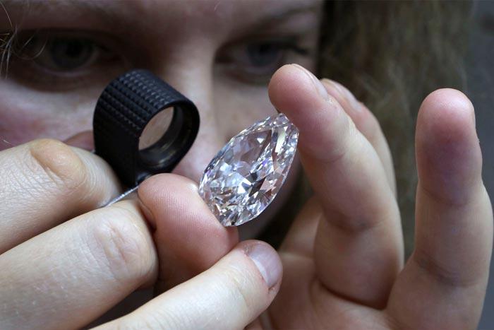 оценивает алмаз