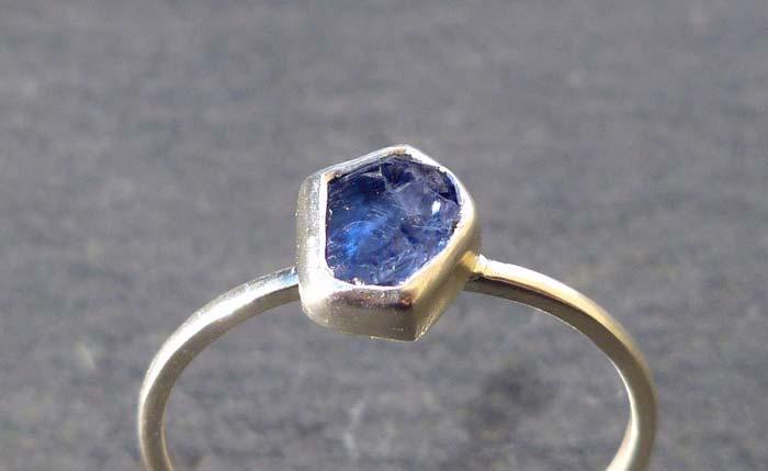 кольцо с бенитоитом