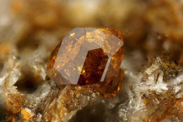 камень андрадит