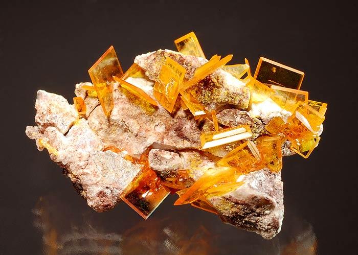 камень вульфенит