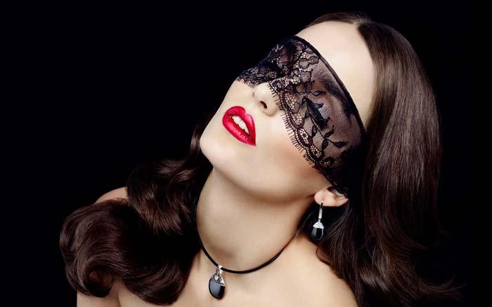 черные украшения на девушке