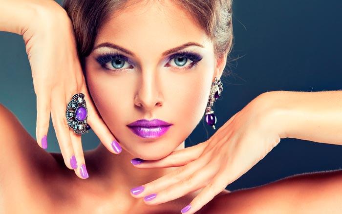 фиолетовые украшения на девушке