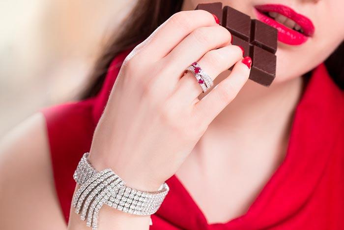 кольцо с рубином на девушке