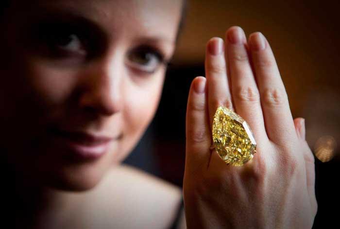 кольцо с камнем на руке