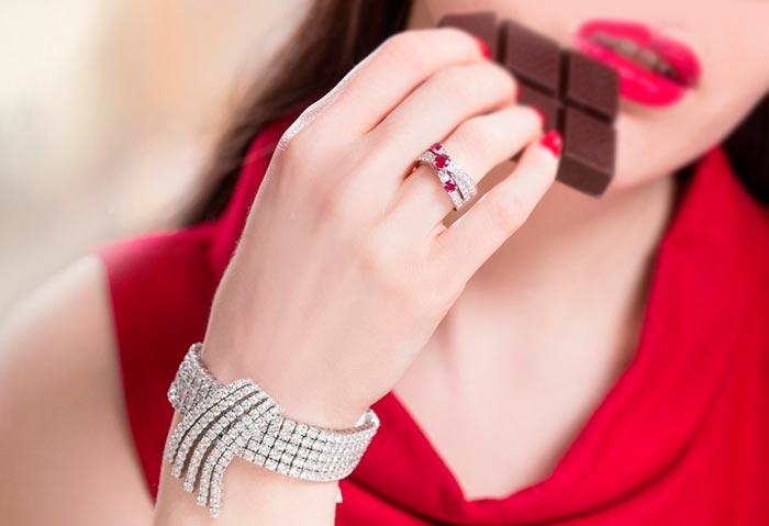 кольцо с рубином на руке