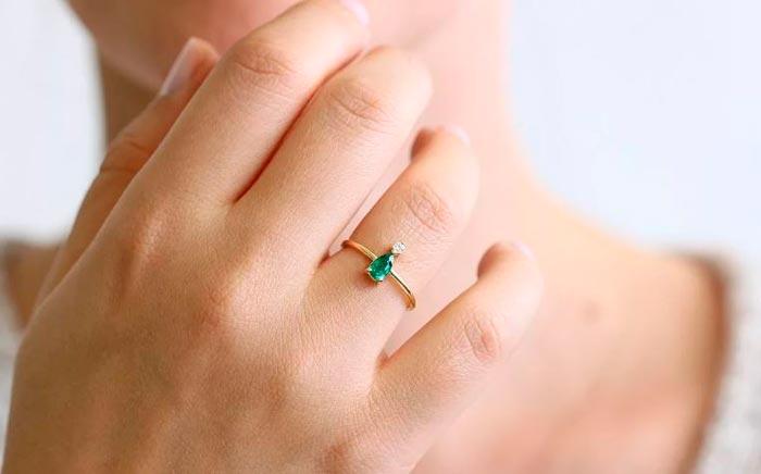 кольцо с изумрудом на руке