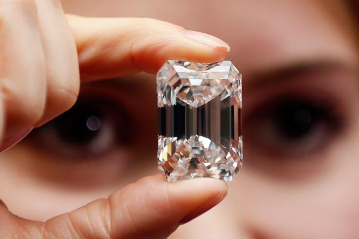 Прозрачный камень в руке