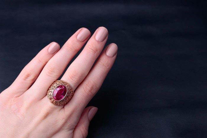 Розовый корунд на руке