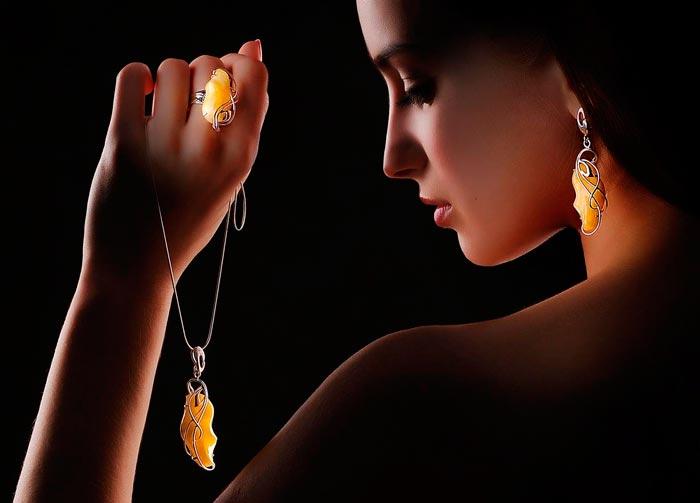 девушка носит янтарь