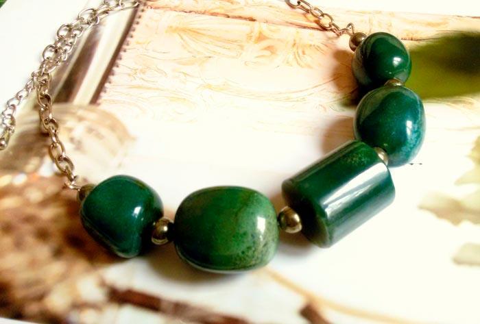 украшение из зеленой яшмы